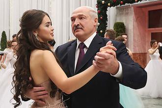 Президент Белоруссии Александр Лукашенко и победительница конкурса «Мисс Беларусь-2018» Мария Василевич на Республиканском новогоднем балу для молодежи, 28 декабря 2018 года