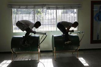 Школа жокеев на окраине Порт-о-Пренс. Нефтяной баррель, как оказалось, хорошо имитирует лошадь