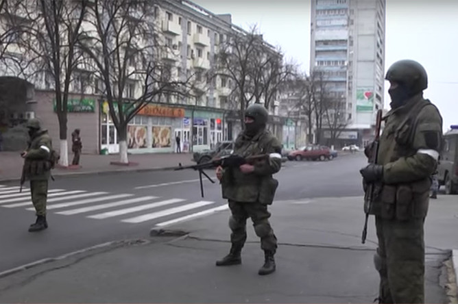 Вооруженные люди без опознавательных знаков в центре Луганска, 21 ноября 2017 года