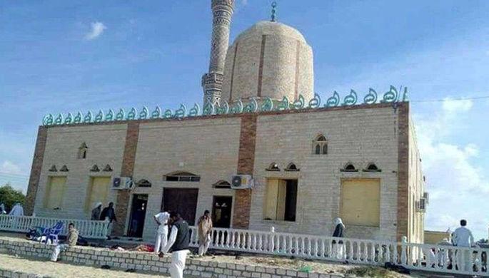 Архивная фотография мечети в деревне Аль-Рауда рядом с городом Эль-Ариш на Синайском полуострове