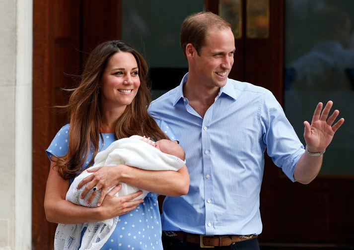 В 2013 году у пары родился первенец: принц Джордж появился на свет 22 июля в госпитале Святой Марии. По традиции, заложенной принцессой Дианой, герцоги позировали перед камерами на крыльце роддома с новорожденным младенцем на руках