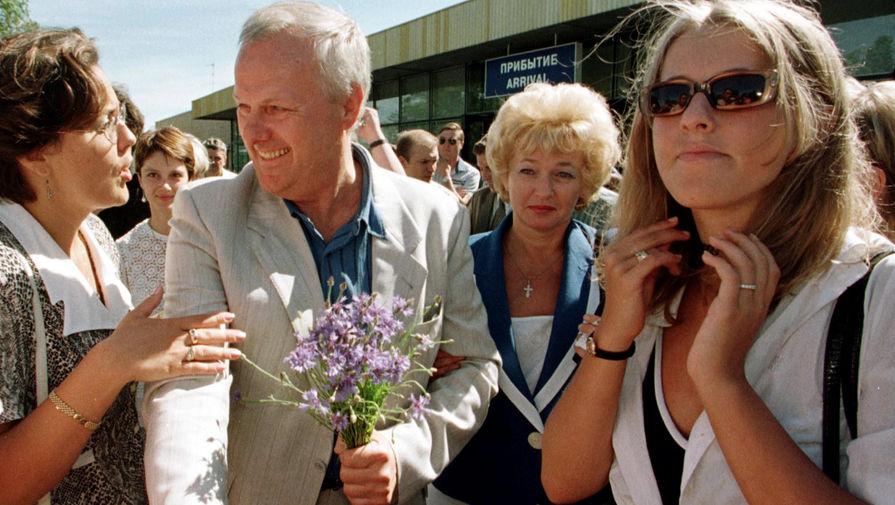 Бывший мэр Санкт-Петербурга Анатолий Собчак с женой Людмилой Нарусовой и дочерью Ксенией в аэропорту Пулково после возвращения из Франции, 12 июля 1999 года