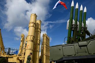 Зенитная ракетная система (ЗРС) «Антей-2500» (слева) и зенитный ракетный комплекс (ЗРК) «Бук-М2Э»