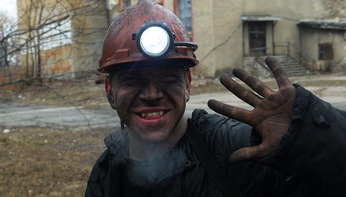 Шахтер после смены на шахте им. С.П. Ткачука в городе Харцызске в Донбассе