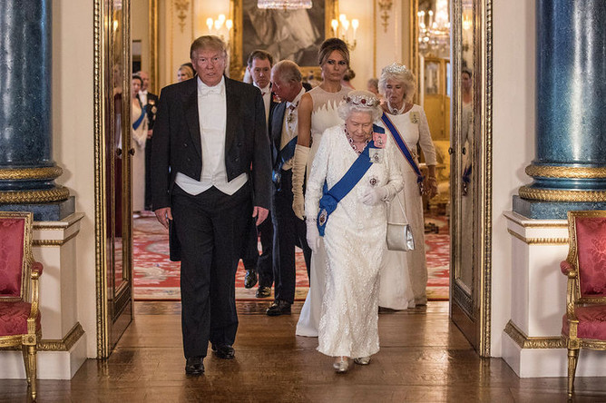 Президент США Дональд Трамп, его супруга Меланья и королева Елизавета II перед началом королевского ужина в Букингемском дворце, 3 июня 2019 года