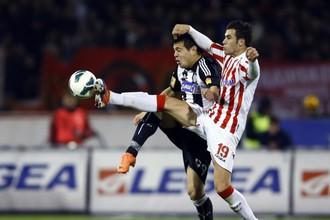 Игрок «Звезды» Лука Миливоевич (справа) против Милана Смилянича из «Партизана»