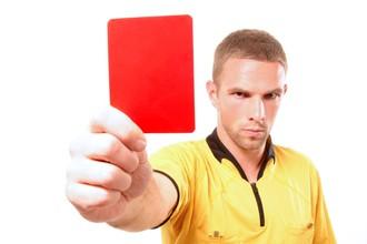 Российским арбитрам показана красная карточка