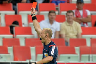 Арбитр Владимир Москалев по подсказке бокового арбитра предъявляет красную карточку Эммануэлю Фримпонгу