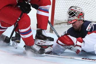 Вратарь сборной США Кейт Кинкейд в матче 1/4 финала ЧМ по хоккею с командой Чехии