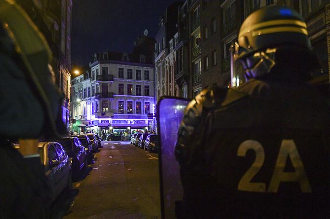 Сотрудники полиции стоят в оцеплении на одной из улиц Лилля