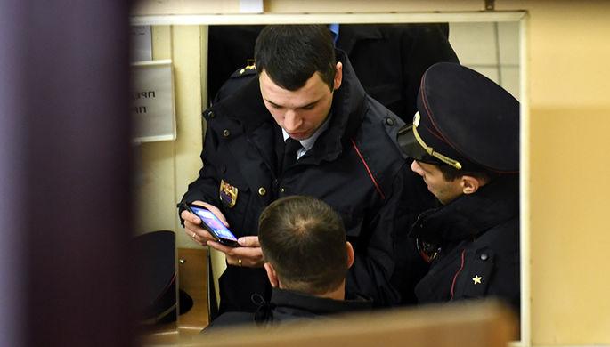 Сотрудники полиции в фойе театра Армена Джигарханяна в Москве, 26 октября 2017 года