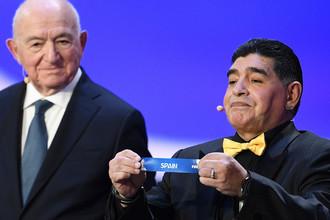 Ассистент жеребьевки аргентинский футболист Диего Марадона на официальной жеребьевке чемпионата мира по футболу 2018, 1 декабря 2017 года