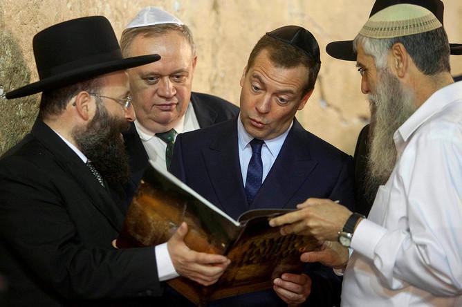 Дмитрий Медведев в традиционной еврейской ермолке (кипе) рядом со Стеной Плача в Иерусалиме, 2016 год
