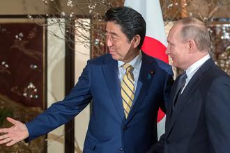Президент России Владимир Путин и японский премьер-министр Синдзо Абэ во время встречи в городе Нагато префектуры Ямагути, декабрь 2016 года