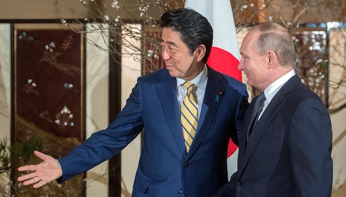 Президент России Владимир Путин и японский премьер-министр Синдзо Абэ во время встречи в городе...