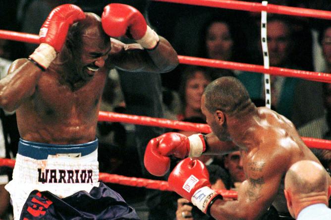 Эвандер Холифилд во время боя с Майком Тайсоном, 28 июня 1997 года
