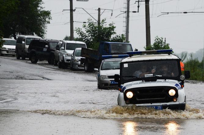 Автомобили на затопленной улице села Раздольное