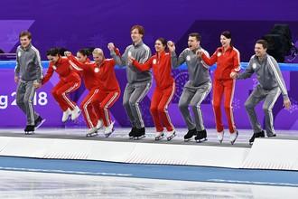 Российские фигуристы на церемонии награждения командного турнира на Олимпиаде-2018