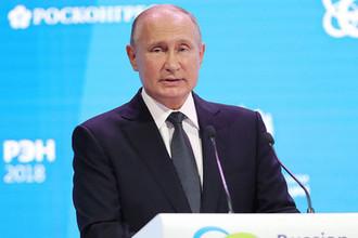 Президент России Владимир Путин во время выступления на пленарном заседании «Устойчивая энергетика для меняющегося мира» в рамках международного форума «Российская энергетическая неделя»