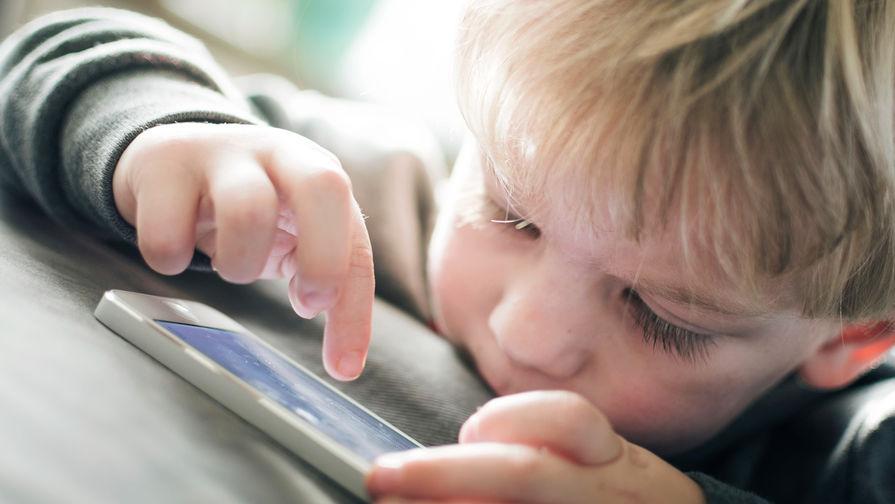 В Китае мальчик заработал косоглазие из-за смартфона