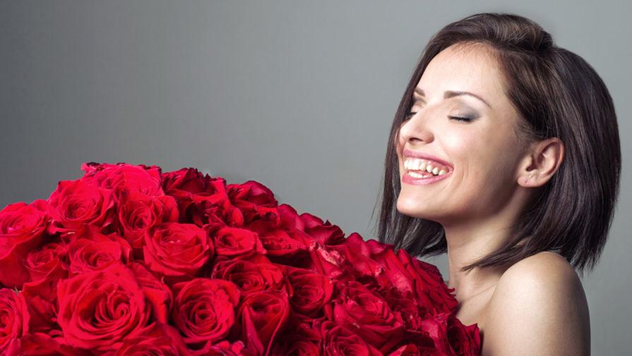 Железнодорожный интернет, девушка с большим букетом цветов