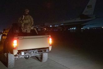 Военный пикап и самолет Air Force One во время визита президента США Дональда Трампа на базу Баграм в Афганистане, 28 ноября 2019 года