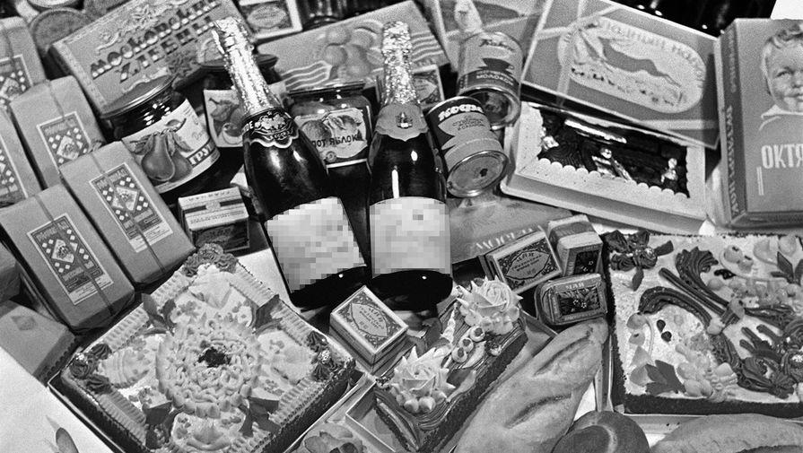 В 1940-х годах магазин стал закрытым распределителем для первых лиц Москвы. На фото: праздничные наборы к Новогоднему столу в Елисеевском магазине, 1954 год