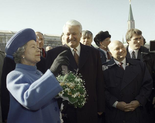 В 1994 году состоялся исторический визит королевы Великобритании Елизаветы II и ее супруга принца Чарльза в Россию — они провели в нашей стране четыре дня. Королева открыла мемориальный камень на стройплощадке нового здания британского посольства в Москве, посетила Большой театр в компании Бориса Ельцина, побывала в одной из элитных школ, приняла участие в открытии музея «Старый английский двор» на Варварке неподалеку от Кремля. Последние два дня путешествия в Россию Елизавета II и принц Филипп провели в Санкт-Петербурге — сходили Мариинский театр и Эрмитаж, побывали на экскурсии в Петропавловской крепости. Прощальный банкет Елизавета II и герцог Эдинбургский устроили на яхте «Британия», пришвартованной в порту Петербурга. На фото Елизавета II, российский президент Борис Ельцин и мэр Москвы Юрий Лужков на Красной площади во время визита королевы в Россию в 1994 году.