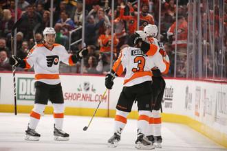 Партнеры поздравляют Романа Любимова (справа) с его третьей шайбой в НХЛ