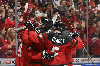 Молодежная сборная Канады празднует гол в ворота сверстников из США