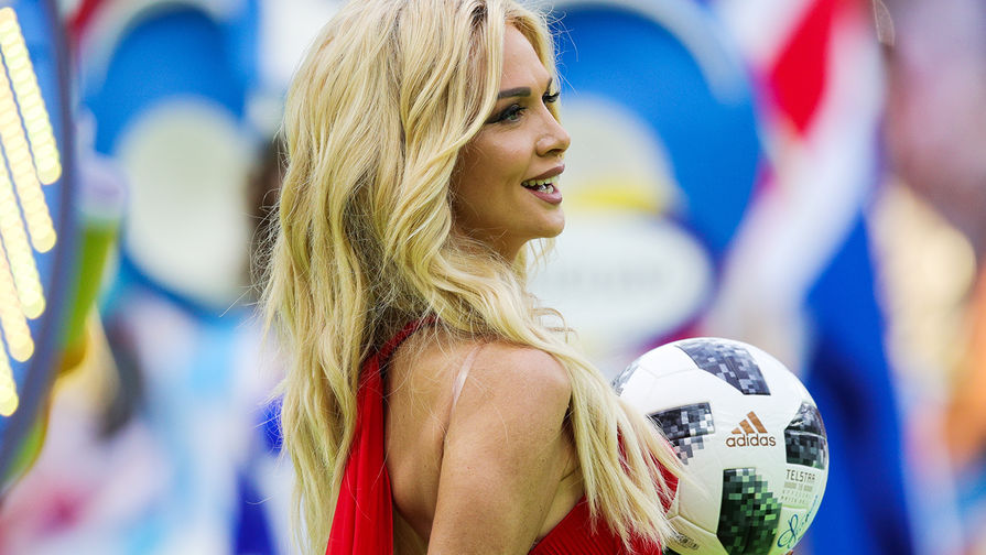 Посол чемпионата мира по футболу 2018 года, телеведущая Виктория Лопырева во время церемонии...