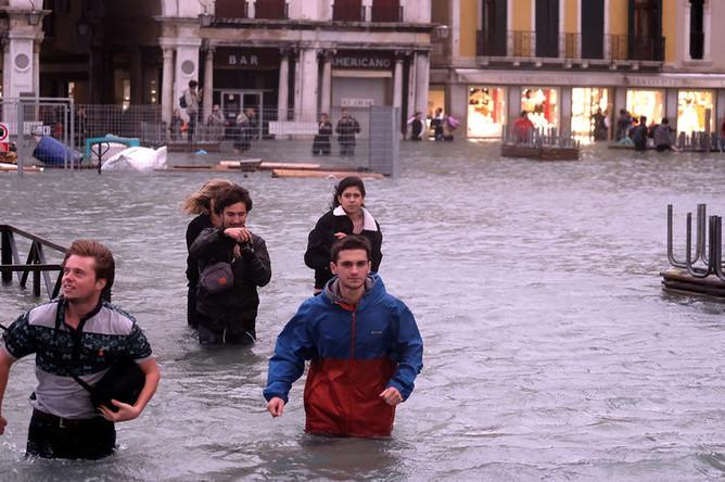 Люди на площади Святого Марка в Венеции, 29 октября 2018 года