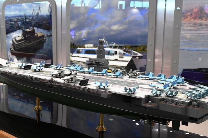 Макет нового тяжелого авианосца «Ламантин» на Международном военно-морском салоне в Санкт-Петербурге