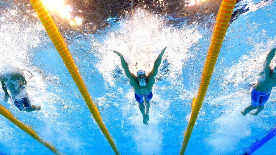 Майкл Фелпс (в центре) на соревнованиях по плаванию в Рио-де-Жанейро, Бразилия, 2016 год