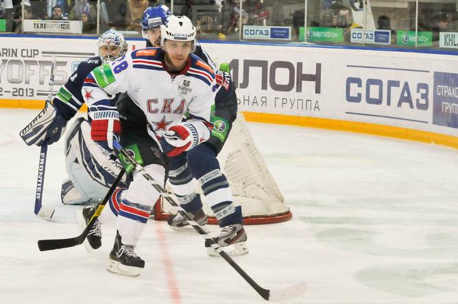 Михаил Варнаков (№28) у ворот Александра Еременко