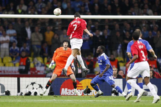 Криштиану Роналду забивает гол в финале Лиги чемпионов-2008 в «Лужниках»