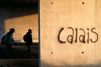 Противостояние правоохранителей с мигрантами разворачивается во французском порту Кале