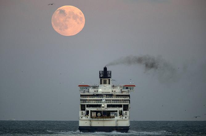 Полное лунное затмение над портом города Дувр