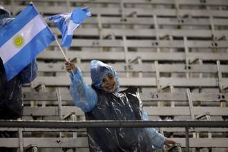 Немногим болельщикам, кто оставался на стадионе после принятия решения о переносе матча, настроения не мог испортить даже ливень