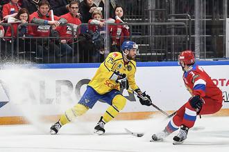 Игрок сборной Швеции Виктор Стольберг и игрок сборной России Динар Хафизуллин во время матча между Россией и Швецией в Москве, 14 декабря 2017 года