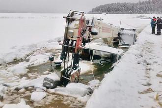 На месте провала под лед бензовоза и автокрана на реке Лена в Киренском районе Иркутской области, 12 января 2017 года