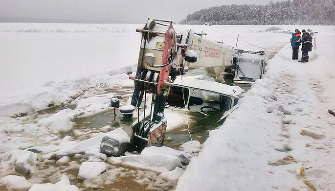 На месте провала под лед бензовоза и автокрана на реке Лена в Киренском районе Иркутской области, 12...