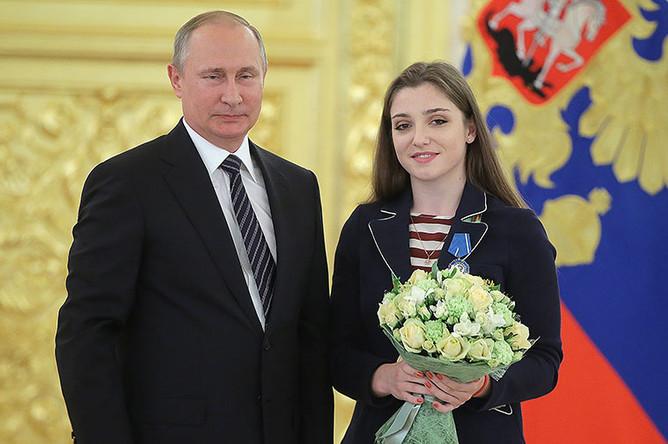Владимир Путин и олимпийская чемпионка по художественной гимнастике, серебряный и бронзовый призер Олимпиады-2016 Алия Мустафина