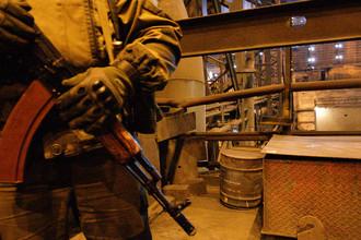 Вооруженный мужчина во время посещения металлургического завода главой самопровозглашенной республики ДНР Александром Захарченко, март 2017 года