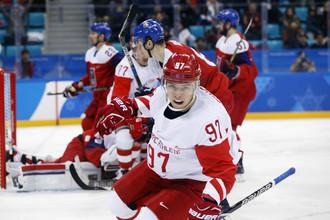 Никита Гусев (на переднем плане) забросил важнейшую первую шайбу в ворота сборной Чехии в полуфинале Олимпиады