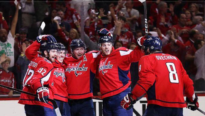 Хоккеисты «Вашингтона» празднуют взятие ворот «Тампы»