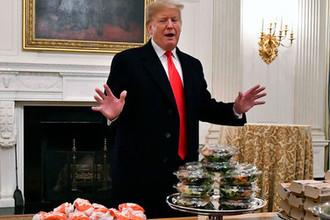 Президент Дональд Трамп и столы с фастфудом в Парадной столовой Белого дома во время приема в честь победы футбольной команды «Клемсон Тайгерс» в национальном чемпионате, 14 января 2018 года