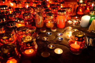 26 марта 2018 года. Зажженные свечи возле здания торгового центра «Зимняя вишня» в Кемерово, где произошел пожар