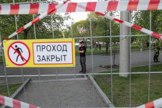 Охранники и забор вокруг предполагаемого места строительства собора святой Екатерины в центре Екатеринбурга, 13 мая 2019 года