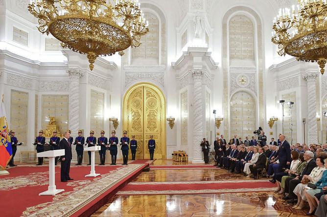Президент России Владимир Путин на церемонии вручения Государственных премий за 2018 год в День России